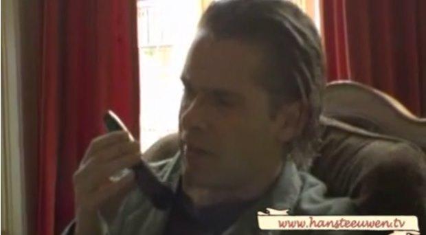 Hans Teeuwen stelt levensvragen aan Tele2 callcentermedewerker