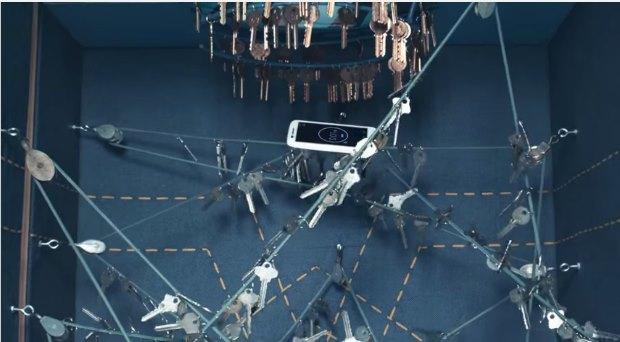Motorola lanceert nieuwe smartphone via ingenieuze verticale tunnel