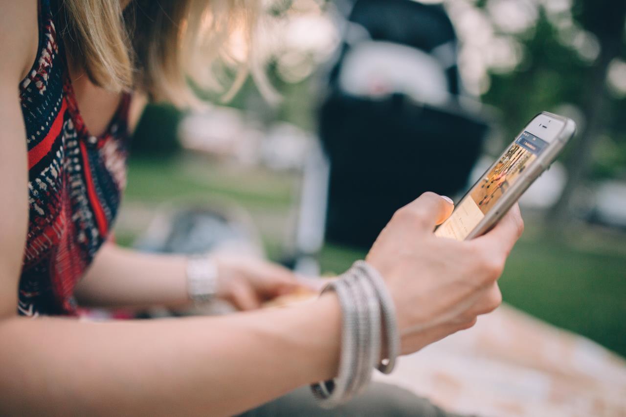 Bijna 40% van de moeders is verslaafd aan haar mobiel