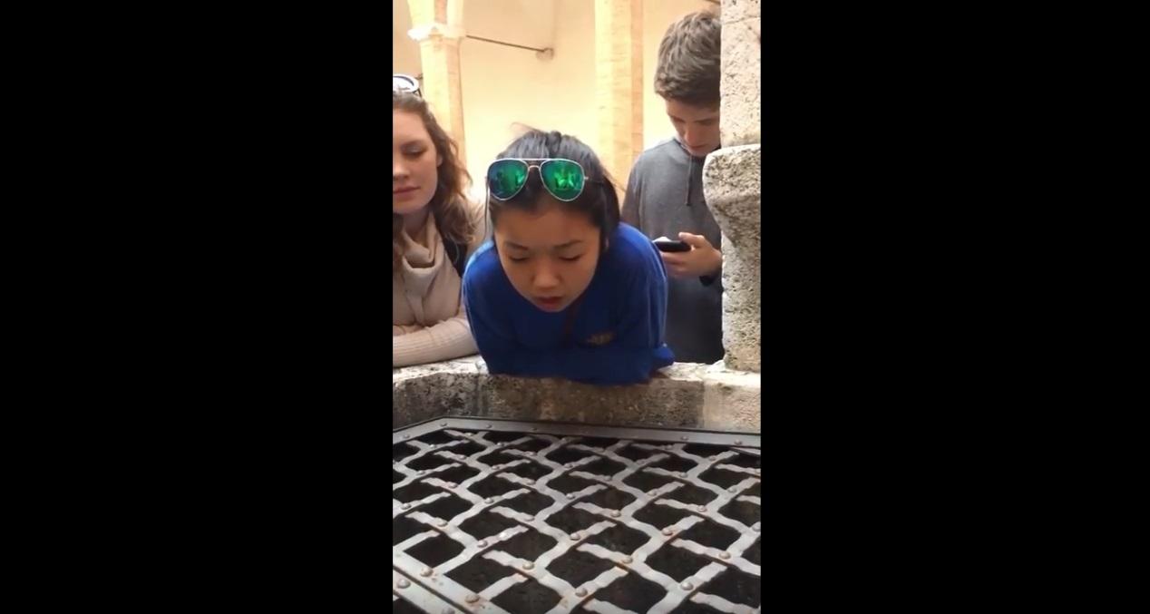 Viral van de dag; meisje zingt in Italiaanse put en gaat compleet viraal